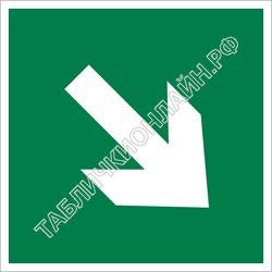 Изображение эвакуационного знака E 02-02   Направляющая стрелка под углом 45° ГОСТ Р 12.4.026-2015
